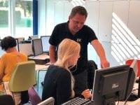 Lars Hovgaard Jensen i en undervisningssituation i Digitalt Læringscenter ZBC. Foto: ZBC