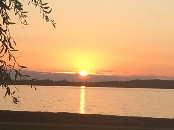 Solnedgang ved havnekiosken