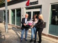På billedet ses fra højre: afdelingschef Bibi Rosengaard, Marie Kjelbæk og Mejse samt lokalformand Jørn C. Nielsen foran kontoret i Ringsted. Foto: