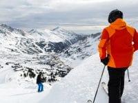 PÅ SKIFERIE MED OVERSKUD: Inden man spænder ski eller snowboard på og drøner ned ad pisten, bør man undersøge, om man er godt dækket med rejseforsikring og ansvarsforsikring, lyder rådet fra GF Forsikring på Vestsjælland (Foto: Colourbox/GF-arkiv.)