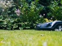 Mange danskere er i disse dage ved at gøre deres robotplæneklipper klar til at blive sat på græs for første gang i år. Men det kan være en god ide at tjekke, hvordan forsikringen dækker, inden man slipper den elektriske havehjælper løs, lyder rådet fra GF Forsikring. Pressefoto.